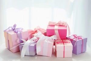 Oft häufen sich ähnliche oder gleiche Geschenke auf dem Tisch.